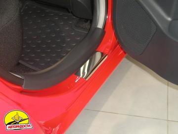 Накладки на пороги для Toyota Yaris 2006-2010 (Premium)
